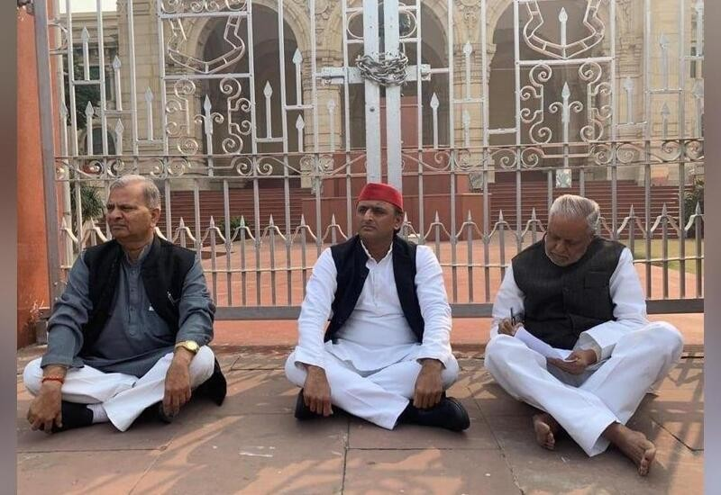 Akhilesh sits on 'dharna' to protest Unnao case, to conduct 'shokh sabha'