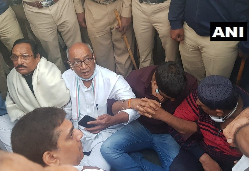 Digvijaya Singh in Bengaluru to meet MLAs, stages sit-in; pushed out by cops