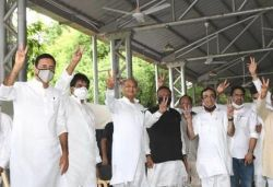 Raj CM Gehlot flashes victory sign as 107 MLAs turn up for meeting