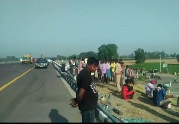 UP: 5 dead, over 30 injured after bus rams into tractor trolley on Lucknow-Agra expressway