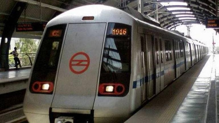 Delhi woman jumps on track to pick up Rs 2,000 note, comes under train