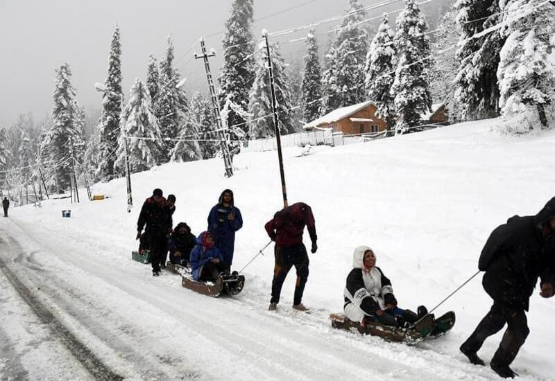Kashmir witnesses season's first snowfall