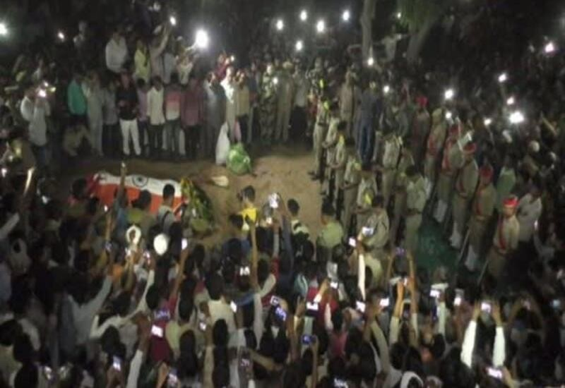 Last rites of martyred BSF jawan performed under mobile flashlights