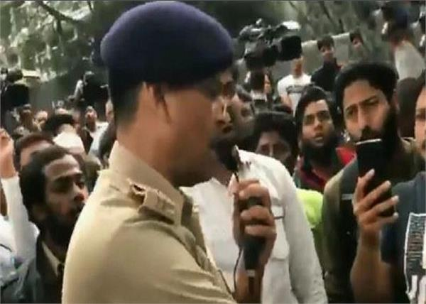 DCP sings National Anthem to calm protestors in Bengaluru; they join him