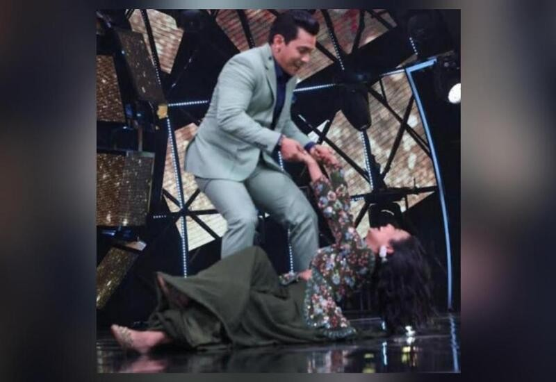 Neha Kakkar falls on stage while dancing on Indian Idol 11; Pic surfaces