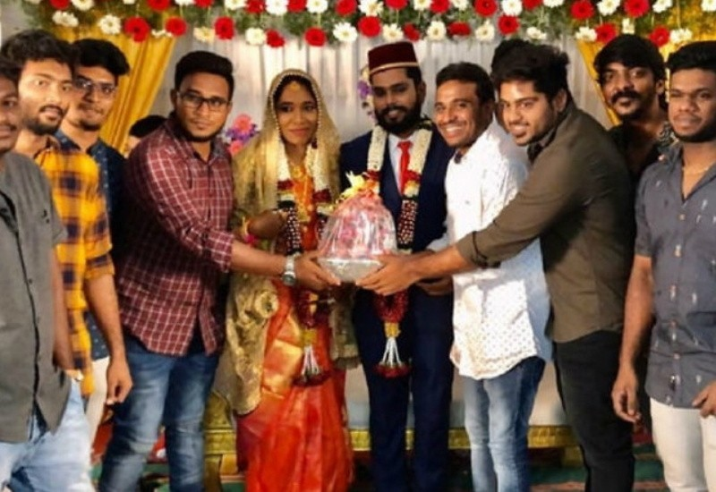 Friends gifted 2.5 kg onions to the couple at the wedding, price reached Rs 200 kg