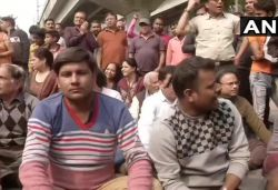 Locals protest against Shaheen Bagh protest demanding opening of roads