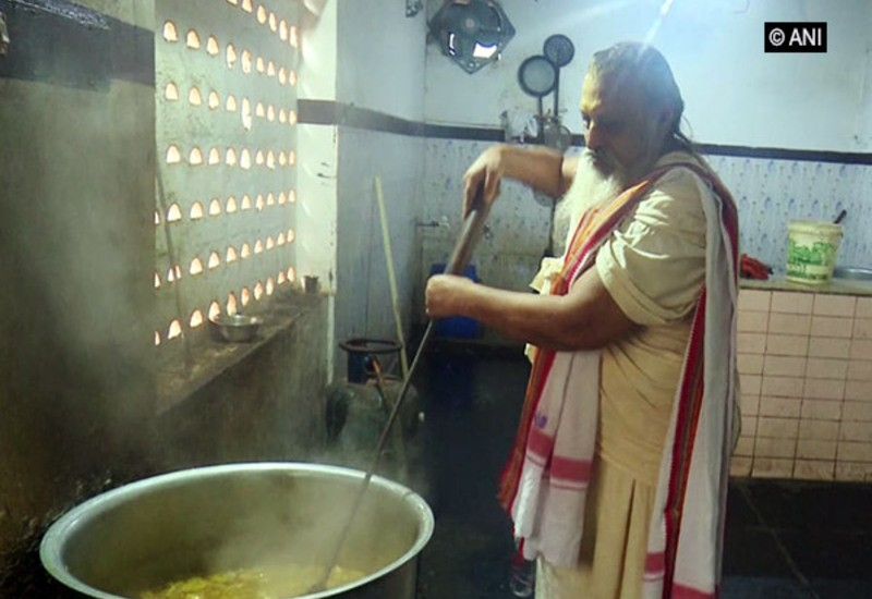 70-yr-old provides free food to 500 people daily since last 36 yrs