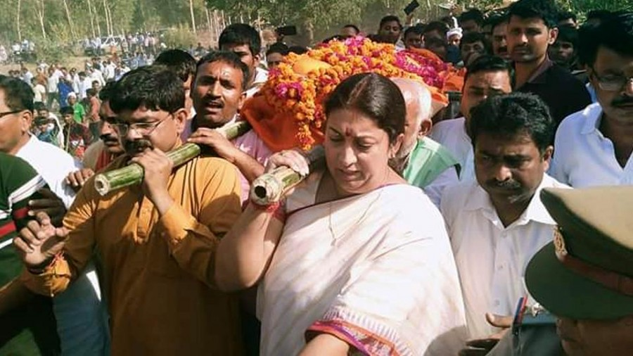 Smriti Irani plays pall-bearer for Amethi aide, vows to hunt down attackers