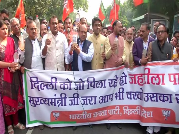 BJP Leaders Protest against contaminated water near Delhi CM Arvind Kejriwal Residence